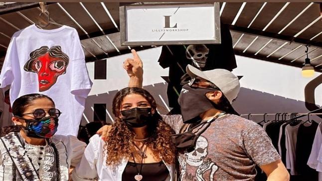 أحمد حلمي ومنى زكي مع ابنتهم في افتتاح مشروعها