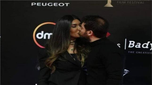 حسام الجندي يقبل زوجته التونسية على الريد كاربت
